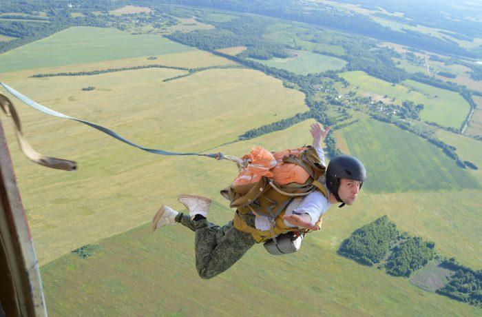 Начинающие спортсмены-парашютисты