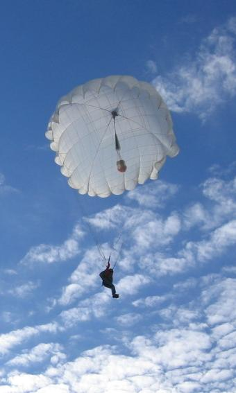 Самостоятельный прыжок с парашютом.