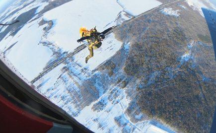 Прыжок с парашютом зимой